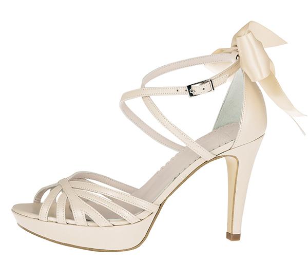 68390abfac8c Her kan du vælge at matche skoene med kjolen eller at stikke ud ved at  vælge sko i en anden farve end brudekjolen – eller i en anderledes udførsel.