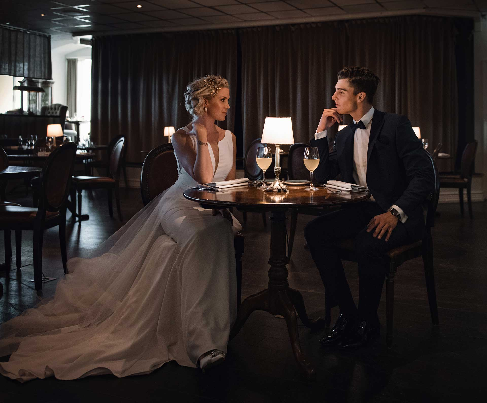 detaljerne der løfter brudekjolen